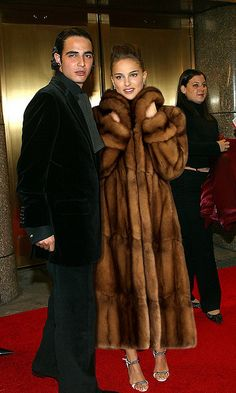 2002 VH1 Vogue Fashion Awards - Arrivals | arriving in sable