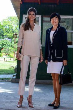Juliana Awada visita España: los looks con los que podría dejar KO a la Reina Letizia Summer Holiday Outfits, Summer Work Outfits, Casual Chic, Classy Outfits, Cute Outfits, Retro Fashion, Womens Fashion, Fashion Trends, First Ladies