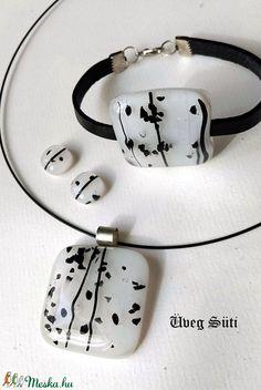 Francia elegancia fekete mintás fehér medál karkötő fülbevaló szett üvegékszer (UvegSuti) - Meska.hu