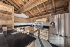 Chalet Fontany - Méribel - Cuisine - Authentique - Bois - Plan de travail Zimbabwe - Détails Inox - Sous charpente - Interior design - Atelier Giffon Feng Shui Design, Mountain Homes, Open Kitchen, Old Wood, Interior And Exterior, Exterior Homes, Future House, Bed, Furniture