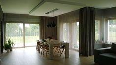 Salon połączony z jadalnią. Jednakowo przystrojone okna dodatkowo spajają pomieszczenia.