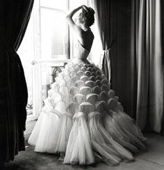 Regina Relang in Kleid von Jacques Griffe