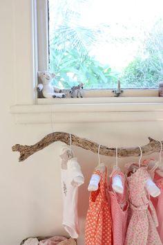 Mira que creativa esta idea para exhibir la ropa de tus bebes, solo ten cautela en elegir una rama que no sea tan facil de quebrar.