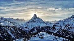 Um paraíso pra quem gosta de snowboard, Zermatt é talvez a montanha mais conhecida dos Alpes. Localizada na fronteira da Suíça com a Itália. ⠀ Com aproximadamente 5625 habitantes e mais de 350 km de pistas para esquiar ⛷ ⠀ @zermatt.matterhorn aceitamos convite para voltar 😂