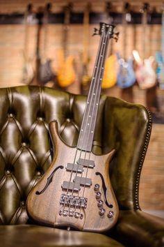 Warwick Infinity 4 strings Fretless Mahogany body Nirvana Black Transparent Satin