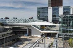 Links op de foto is het onlangs geopende (augustus 2016) metrostation op Den Haag Centraal te zien. Ontworpen door ZJA. De vraag van de gemeente was om een opvallend startstation te ontwerpen voor metrolijn E. Waarbij het de bedoeling was dat het de reizigers zou beschermen tegen weer en wind en een nieuw herkenbaar punt in Den Haag zou worden. Het station is op 12 meter hoogte en bestaat uit gebogen glas en staal.