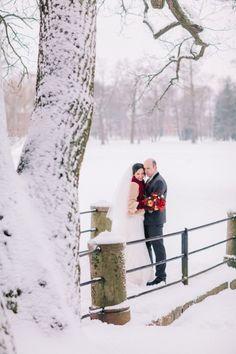 Зимняя свадьба, молодожены