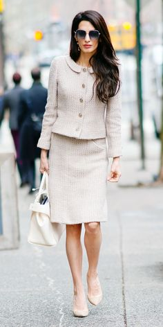 Look of the Day- Forget all those rules about being too matchy matchy. Amal Clooney proved how chic wearing one colour can be with a nude vintage Chanel suit, a Roger Vivier bag, and Jimmy Choo pumps. kleiderschrank Look of the Day Fashion Mode, Office Fashion, Work Fashion, Womens Fashion, Fashion Trends, 2000s Fashion, Fashion Advice, Chanel Outfit, Chanel Fashion