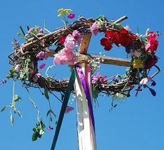 I love the use of the vine wreath at the top of the maypole