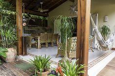 perfeita área de lazer...churrasqueira+ mesa grande+ poltronas+ rede+ladrilhos hidráulicos+cimento queimado+ plantas+ventilador +iluminação.... essa eu queria do jeitinho que esta