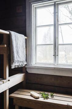 On ihana, että saunassa on valoa Inside A House, Beautiful Interior Design, Saunas, Home Spa, Cottage Homes, Black House, Interior Styling, Villa, Country Style