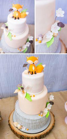 Gâteau blanc avec un renard en sucre et des champignons                                                                                                                                                                                 Plus