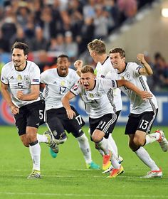 The sight of pure bliss Football Icon, Football Is Life, Yoga Routine, Germany Soccer Team, Joshua Kimmich, Mats Hummels, Dfb Team, Soccer Boys, European Championships