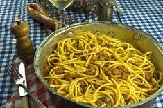 Bucatini με ραγού λουκάνικου, απ' τη Μπολόνια | Caruso.gr Spaghetti, Ethnic Recipes, Food, Essen, Meals, Yemek, Noodle, Eten