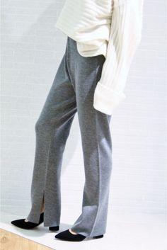 MERINO WOOL ミラノリブ パンツ MERINO WOOL ミラノリブ パンツ 22680 2016AW 大好評MERINO WOOLニットシリーズ 上質のメリノウールが原料のセミ梳毛の糸を使用 とても軽く柔らかいので着心地が良いです 今シーズンはパンツカーディガンチュニックの3アイテムでご用意 セットアップでの着用もおすすめですよ こちらはニットパンツ ミラノリブなので体の線を拾いにくく安心して着て頂けます サイドのスリットがエレガントなポイント シリーズのご案内 カーディガン品番16080922528030 チュニック品番16080922522030 パンツ品番16080922521030 取り扱いについては商品についている品質表示でご確認ください 店頭及び屋外での撮影画像は光の当たり具合で色味が違って見える場合があります 商品の色味はスタジオ撮影の画像をご参照ください スタジオ撮影着用スタッフ身長159cm 着用サイズ38 屋内撮影着用スタッフ身長153cm 着用サイズ36 屋内撮影着用スタッフ身長159cm 着用サイズ38ネイビーセットアップ