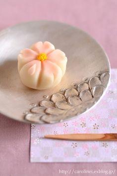 寒さの戻ってきた東京。桜の開花宣言も出ましたけれど、満開まではまだしばらくかかりそうですね。その分、長く桜を楽しめそうで、嬉しい限りです(^_^)さて、ロ... Japanese Wagashi, Japanese Sweets, Japanese Food, Bento, Pastry Design, Yogurt Smoothies, Kawaii, Asian Desserts, Moon Cake