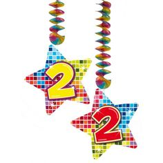 Hangdecoratie sterren 2 jaar. Hangdecoratie in de vorm van sterretjes met het getal 2. De decoratie is verpakt per 2 stuks en is ongeveer 13,3 x 16,5 cm groot.