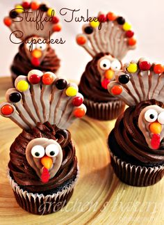 Stuffed Turkey Cupcakes will be a hit from kids and adults alike! With the best recipes from Gretchen's Bakery you cannot go wrong! Fancy Cupcakes, Yummy Cupcakes, Cupcake Cookies, Fall Recipes, Sweet Recipes, Cupcake Youtube, Turkey Cupcakes, Stuffed Turkey, Beautiful Cupcakes