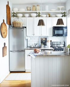 10 Stylish Ideas for Decorating Above Kitchen Cabinets Cozy Kitchen, New Kitchen, Kitchen Ideas, Kitchen Small, Awesome Kitchen, Design Kitchen, Studio Kitchen, Kitchen Pantry, Small Kitchen Layouts