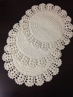 Crochet is one of the most versatile crafts to decorate the home. You can use it to make rugs, tablecloths or simply a crochet centerpiece to match the Crochet Placemats, Crochet Doily Patterns, Crochet Motif, Crochet Designs, Crochet Stitches, Knit Crochet, Crochet Dollies, Crochet Home Decor, Love Crochet