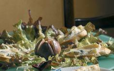 Salat med ostebrød Salat med ostebrød er en opskrift der giver en anderledes og velsmagende salat, der egner sig godt som forret. Salaten har mange spændende elementer som figner, pistacíenøddekerner og blåskimmelost.