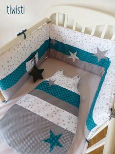 Superbe tour de lit garçon de couleurs gris, turquoise et blanc Joli motif étoile. Il agrémentera de manière harmonieuse la chambre de votre petit