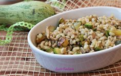 Orzo perlato con tonno e zucchine, ideale come piatto unico perché contiene tutti i nutrienti necessari per un pasto completo, carboidrati, proteine, sali..