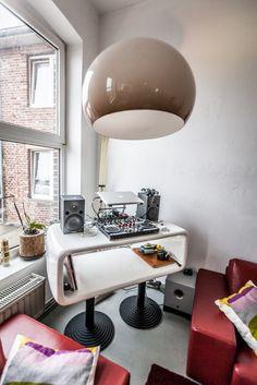 Die große Lampe ist ein Original aus den 70er Jahren, das Nicole in Krefeld in dem Geschäft Achtgrad erstanden hat.  #homestory #homestoryde #home #interior #design #inspiring #creative #nicole #gretamarkt #loft #moenchengladbach