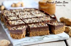 Questi quadrotti sono davvero golosissimi e facili da preparare. I Peanut Butter Bars sono sfiziose Barrette al cioccolato e burro d'arachidi.