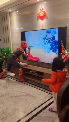 The father dressed as spiderman amused his daughter - It's a good way for parents and children to interact - Super Funny Videos, Funny Videos For Kids, Funny Short Videos, Funny Video Memes, Crazy Funny Memes, Really Funny Memes, Funny Relatable Memes, Haha Funny, Funny Cute
