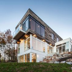 Gatineau Hills Residence: Location: Cantley, Quebec, Canada Year of Construction: 2013 Architects: Christopher Simmonds Architect A slatted varying wood facade contrasting and complimenting the white exterior finish. Architecture Romane, Architecture Baroque, Architecture Design, Minimal Architecture, Contemporary Architecture, Clad Home, Wood Facade, House Blinds, Forest House