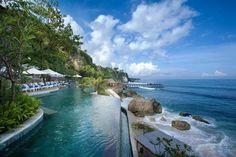 神秘的な入り江と紺碧の海を見下ろす絶景ロケーションにあるホテル「アヤナ リゾート&スパ バリ(AYANA Resort and Spa BALI)」。バリ島の中でも人気が高いホテルで、緑豊かな広大な敷地に85棟のヴィラが点在しています。プールから見える息を飲むほど美しいオーシャンビューが魅力の一つです。