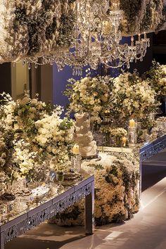 Flores brancas e folhagens acinzentadas foram as estrelas da decoração deste casamento, criada pela Eventando by NiNaVila