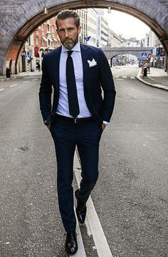 This combination of a navy suit and a light violet dress shirt is a never-failing option when you need to look like a true expert in modern men's fashion. For a more relaxed vibe, why not introduce black leather derby shoes to the equation? Sharp Dressed Man, Well Dressed Men, Fashion Mode, Suit Fashion, Fashion Menswear, Fashion Hacks, Fashion Photo, Latest Fashion, Fashion Tips