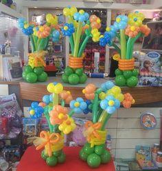 centrotavola con mazzi di fiori di palloncini per una comunione di un maschio