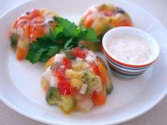 フルーツゼリーを思わせるようなテリーヌ。 これ全部野菜だなんて! きらきら光って宝石を思わせます。 Caprese Salad, Food And Drink, Vegetarian, Foods, Cooking, Recipes, Food, New Kitchen, Food Food
