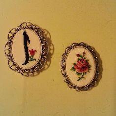 #crossstitch #kanaviçe #çarpıisi #aksesuar #gül #elif #rose #minik #kolye #broshes #broş #handmade ...
