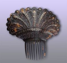 13-inch Argentinian peinetón hair comb, c. 19th century. Intricately carved tortoiseshell inlaid with gold. The Creative Museum.