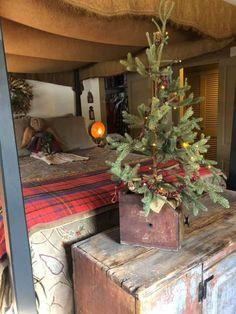 Primitive Christmas Tree, Primitive Christmas Decorating, Christmas Room, Country Christmas, Vintage Christmas, Christmas Decorations, Christmas Things, Holiday Decorating, Christmas Trees