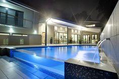 Piscina de sensación fria pero con un original muro de cristal que le da un toque moderno al conjunto. #pool #piscina #piscinadecristal #design