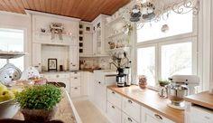 Talonpoikaistyylinen keittiö syntyy koristeellisista ja runsaista muodoista. Koristeelliset päätyelementit, liesikuvut ja listoitukset tuovat keittiöön perinteikkään ulkonäön kuitenkin säilyttäen nykypäivän tekniset ominaisuudet. Haku, Shabby Chic, Sweet Home, Kitchen Cabinets, Kitchen Ideas, Google, Home Decor, Homes, Decoration Home