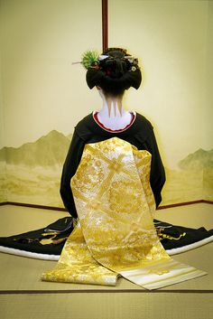 back shot of maiko (geisha in training). it is important to notice the attention given to the nape of the neck, which by the Japanese, is considered the most beautiful part of a woman. Japanese Geisha, Japanese Beauty, Japanese Kimono, Asian Beauty, Japanese Art, Japan Fashion, Fashion Art, Design Oriental, Geisha Art