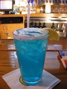 Limon Electric Lemonade from Buffalo Wild Wings. Blue Curacao, Bacardi Limon, Sweet and Sour Mix, and Sprite. One of my new favorite drinks! Blue Drinks, Summer Drinks, Mixed Drinks, Fun Cocktails, Party Drinks, Electric Lemonade, Sour Mix, Non Alcoholic Drinks, Liquor Drinks