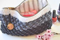Sådan sys lynlåsen i Hæklet boble pung Crochet Flats, Crochet Coin Purse, Crochet Pouch, Chunky Crochet, Knit Or Crochet, Homemade Bags, Pouch Pattern, Bobler, Crochet Handbags
