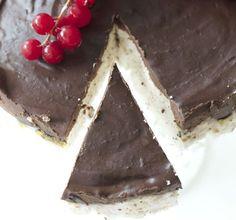 Kaken som knapt inneholder kalorier: Skumbollekake Skumbollekake Ingredienser til kake i 18 cm form, 69 kcal for 1/12   4 eggehviter  1-2 dl sukrinmelis  6 plater gelatin  1/2-1 dl vann  vaniljepulver (kan sløyfes)  Glasur:  100 g mørk sjokolade, mer enn 70%  2 eggeplommer  1-2 ss kokosmelk (den harde delen) Candy Recipes, Snack Recipes, Dessert Recipes, Desserts, Low Carb Candy, Low Carb Sweets, Smart Snacks, Norwegian Food, Healthy Sweet Treats