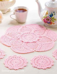 Try dying doilies pink. Crochet doily and coasters free patterns Crochet Home, Crochet Crafts, Yarn Crafts, Crochet Projects, Crochet Kitchen, Diy Crafts, Crochet Thread Patterns, Crochet Doily Patterns, Knitting Patterns