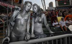Torcedoras pintadas de prata posam para foto durante o torneio Sevens de Rugby em Hong Kong