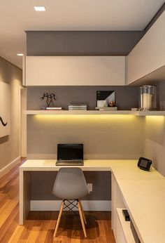 Escritório minimalista com parede cinza e marcenaria branca. Prateleira iluminada por baixo com Fita de LED Study Table Designs, Study Room Design, Home Room Design, Home Office Design, Home Office Layouts, Home Office Setup, Home Office Space, Home Office Furniture, Office Nook