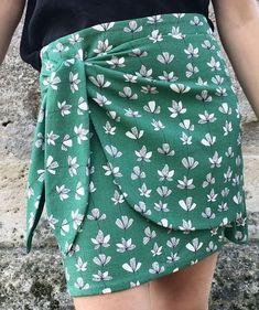 En quelques minutes je vous apprends en vidéo à coudre une jupe portefeuille. Les finitions intérieures sont impeccables et le résultat juste WOUHAOU