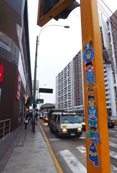 Son como las 5:30 de la tarde, corre bastante aire por la Av. Universitaria, veo un poste amarillo y no tarde en pegar unos cuantos stickers, mientras una gran cantidad de personas pasan y pasan a mi lado. Algunos miran detalladamente como pego con cuidado cada sticker, otros siguen su camino, talvez es porque el invierno es fuerte y tratan de correr rapido a sus casas. Enfin #VivaWaka